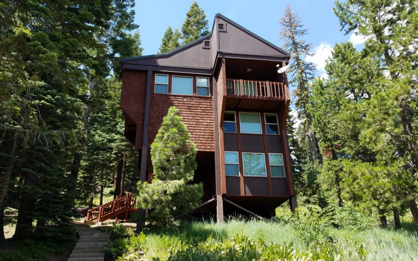 Panoramic views in this large family cabin